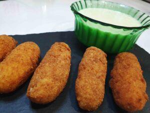 croquetas de pollo sin gluten con salsa de puerros